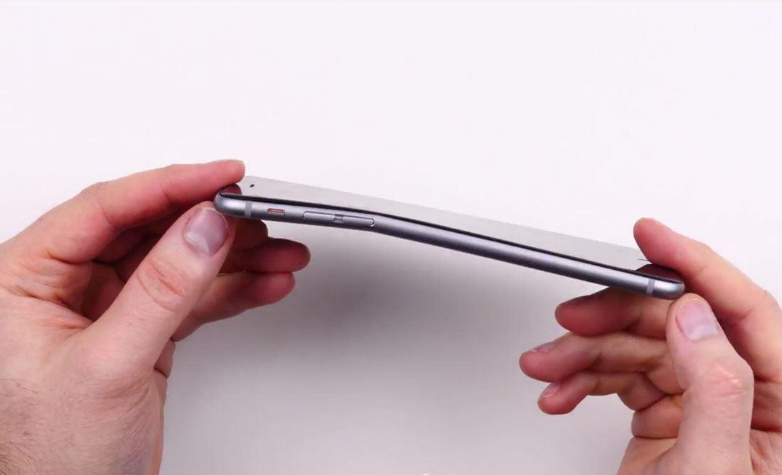 Farzsebben meggörbült mobiltelefon